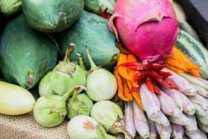 Zusammensetzung mit verschiedenen rohen Bio-Obst und Gemüse foto
