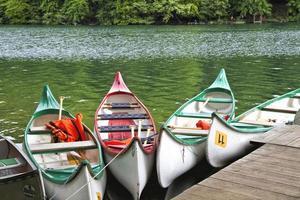 Kajaks auf einem See in Ostdeutschland