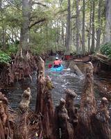 Person, die ein Kajak in einem Fluss reitet foto