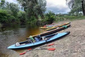 Kajakfahren auf dem Fluss an einem Sommertag foto