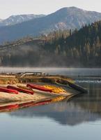 Leihkajaks Ruderboot Paddelboote unberührter Bergsee foto