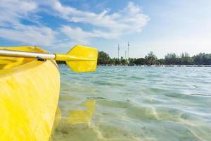 gelbes Kajakfahren im Meer auf lipe Insel