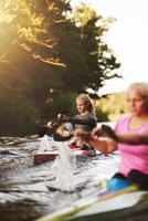 zwei Frauen, die in Kajaks rennen
