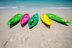 bunte Kajaks am tropischen Strand
