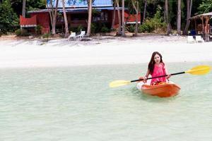 schönes Mädchen mit Kajakpaddel Reisen und Urlaub