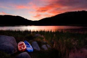Kajaks, See und Sonnenuntergang foto