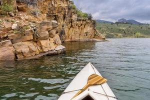 Kanu und Sandstein Klippe