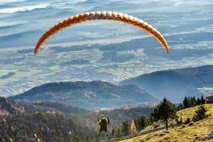 Gleitschirm fliegt im Tal