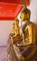 Buddha-Statue in Reihe