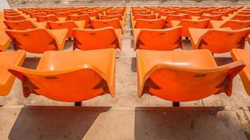 vor den orangefarbenen Sitzen im Stadion foto