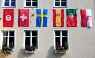 Reihe europäischer Flaggen an der Gebäudefassade foto