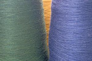 grüner und blauer Hintergrund von Fäden und Garnen