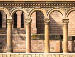 Säulen in einer Reihe mit Terrakotta-Verzierungen foto