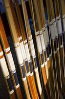 traditionelle handgemachte japanische Holzbögen in einer Reihe