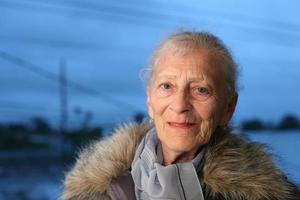 ältere Dame im Winter foto