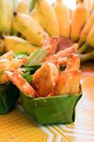 Thai frittierte Bananenscheiben im Blattgefäß foto