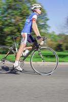 Rennradfahrer - verschwommene Bewegung foto