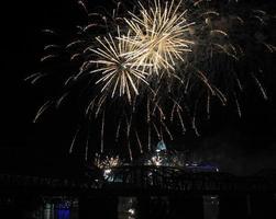 """weißes Feuerwerk über der Skyline von Cincinnati mit """"Regen"""""""