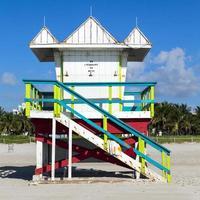 Rettungsschwimmerhütte am leeren Strand, Miami, Florida foto