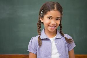 lächelnder Schüler, der Kamera betrachtet foto