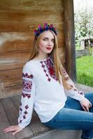 junges schönes blondes Mädchen mit langen Haaren in der ukrainischen Bluse foto