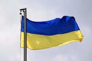 ukrainische Flagge, die auf dem Wind weht foto