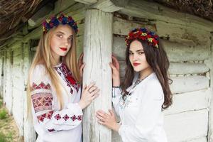 zwei junge schöne Mädchen mit langen Haaren in ukrainischen Blusen foto
