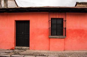 rot gestrichenes Haus außen