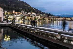 Menschen gehen auf der Garda Seeufer bei Sonnenuntergang, Langzeitbelichtung