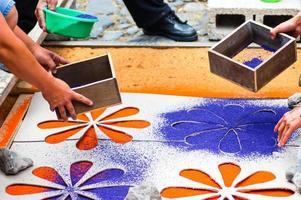 Herstellung eines Prozessionsteppichs für die Karwoche foto