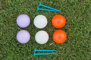 Golfball und Golfschläger auf Gras foto