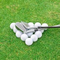 Golfball auf Abschlag vor dem grünen Fahrerplatz foto