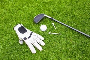 Golfausrüstung auf grünem Gras foto