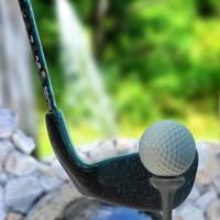 Golfball auf Tee - 3d gerenderte Illustration foto