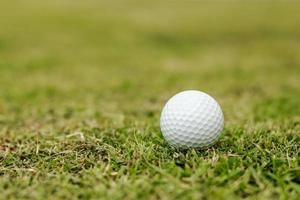 Golfbälle im Gras foto
