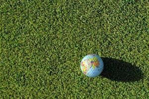 Golfball auf grün - groß foto