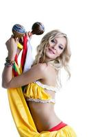 schöne lächelnde Blondine tanzt mit Maracas foto