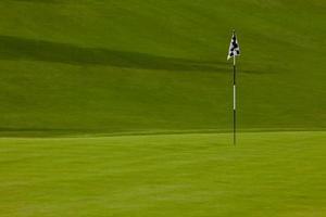 Golfgrün mit Flagge foto