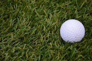 Golfball im Gras foto