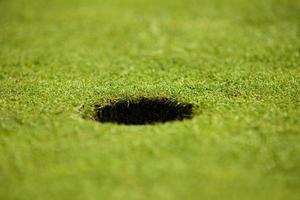Nahaufnahme des Lochs auf Putting Green foto
