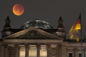 Reichstag mit blutigem Mond, Berlin, Deutschland