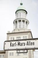 Karl Marx Allee Straßenschild, Berlin foto