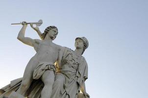 Athena bringt dem jungen Mann den Umgang mit einer Waffe bei foto