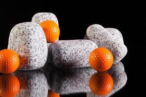 Granitsteine und Golfbälle foto