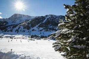 Die Sonne geht auf den Skipisten in Andorra unter