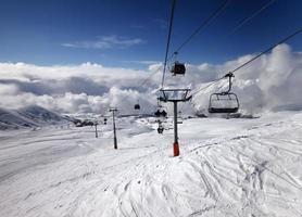 Gondel und Sessellift im Skigebiet foto