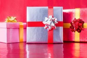 Geschenkboxen mit rotem Hintergrund foto