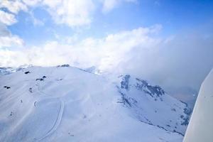Einzigartige Flugzeug-Luftaufnahme des zentralen Skigebiets der Schweizer Alpen