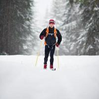 junger Mann Langlauf foto