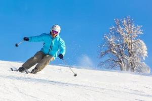 Skifahrer in einer scharfen Kurve foto